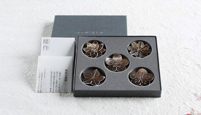 花ばなの箸置きが専用の化粧箱に入っているイメージ写真