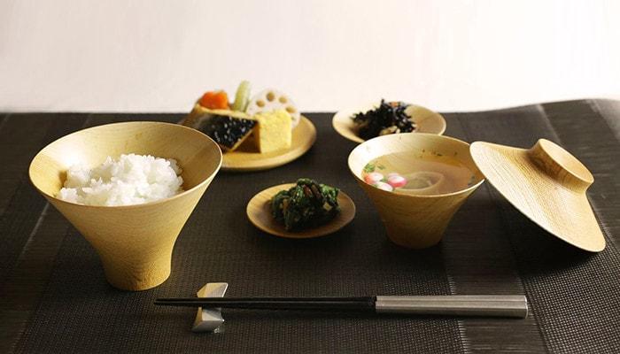 食卓に能作の月の箸置きの使用例