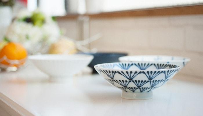 民芸風ネイビーの平茶碗をメインに4枚の平茶碗が並んだ様子