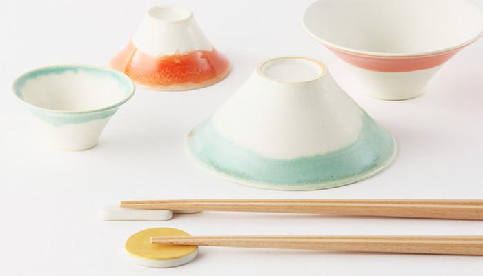 青富士と赤富士の富士茶碗と手前に箸置きと箸