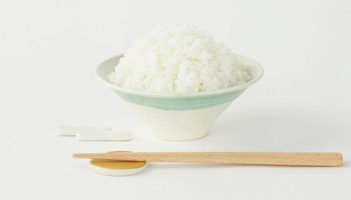ご飯を盛った富士茶碗と手前に箸置きと箸