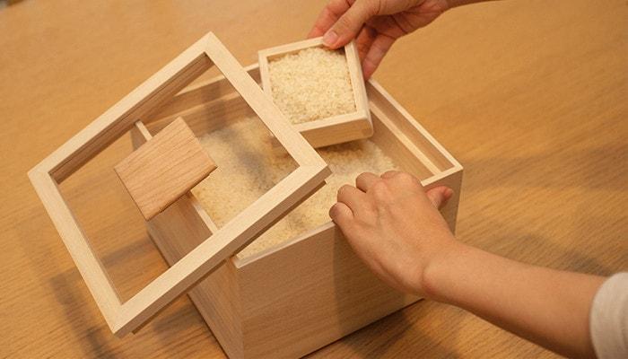 増田桐箱店の米びつからお米をよそっている様子