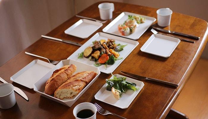 1616/arita japanのスクエアプレートでテーブルセッティングされている食卓の様子