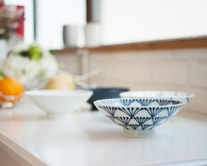 テーブルに並んだ白山陶器の平茶碗