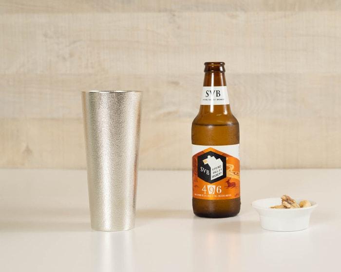 アルコールの雑味を取り除く錫のタンブラー