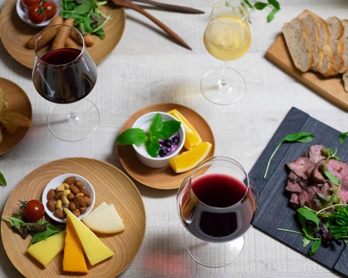 チーズ、ナッツ、ローストビーフ、素敵なグラスに注がれたワインと美味しい料理
