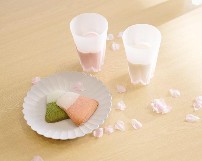 飲み物が入ったサクラサクグラスとお菓子の載ったパレスプレート