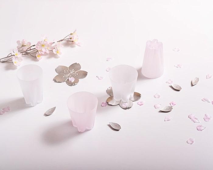 サクラサクグラスや能作の桜グッズが並び、桜の花びらが綺麗に散らばっている様子
