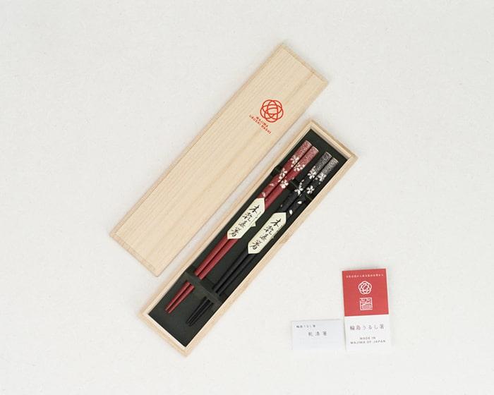 専用の桐箱に入った橋本工作漆器店の桜ふぶき夫婦箸