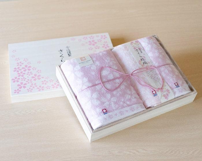 専用の桐箱に入った今治謹製の桜紋織タオル