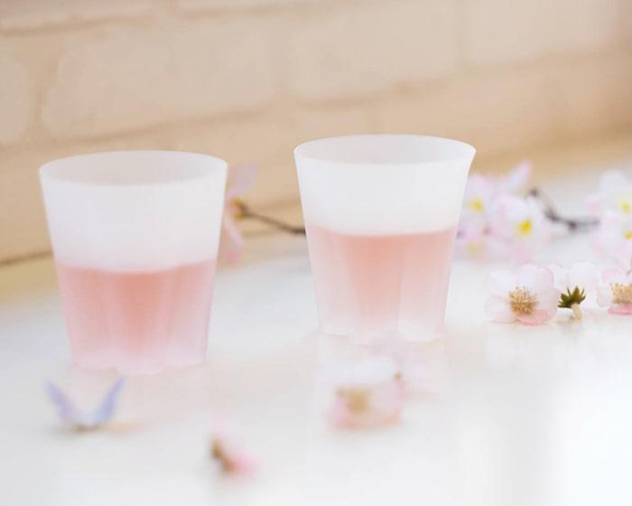 飲み物が入ったサクラサクグラスと桜の花びら