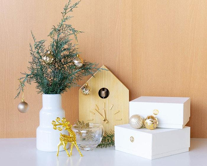 1616/arita japanの花瓶や鳩時計で飾るクリスマスディスプレイ