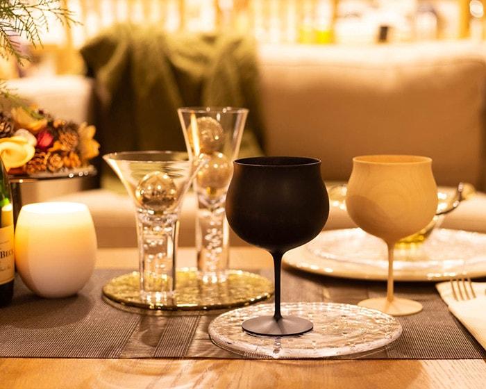ガラスの食器や木製のワイングラスのテーブルコーディネート