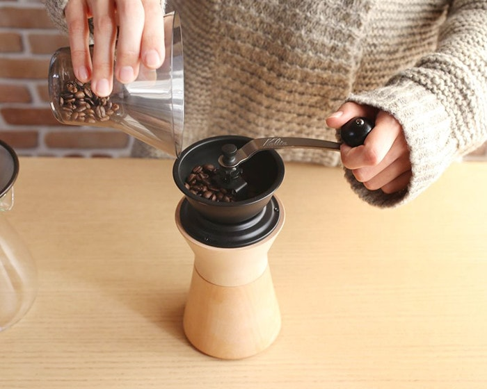 Set coffee beans into coffee grinder from MokuNeji