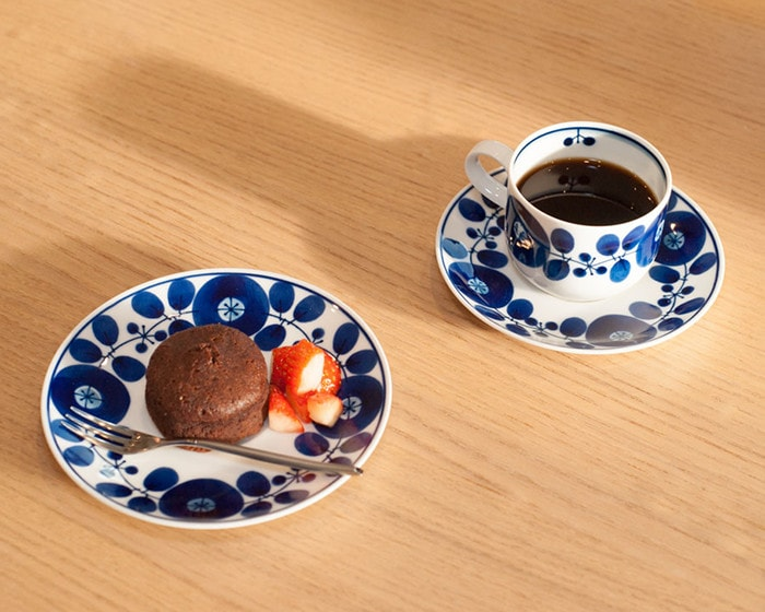 Cake and coffee on tableware of Bloom series from Hakusan Toki