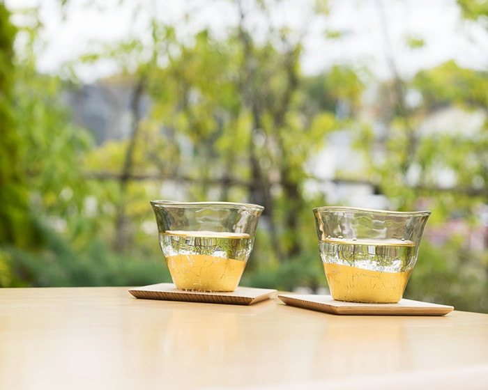 水の入った箔一の冷茶グラス