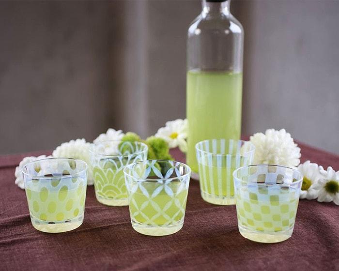 緑茶の入った廣田硝子の蕎麦ちょこが並んでいる
