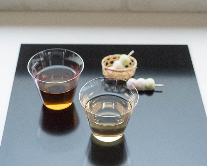 折敷の上にお茶の入った木村硝子店の薄玻璃(うすはり)グラス・ベッロや和菓子が並んでいる