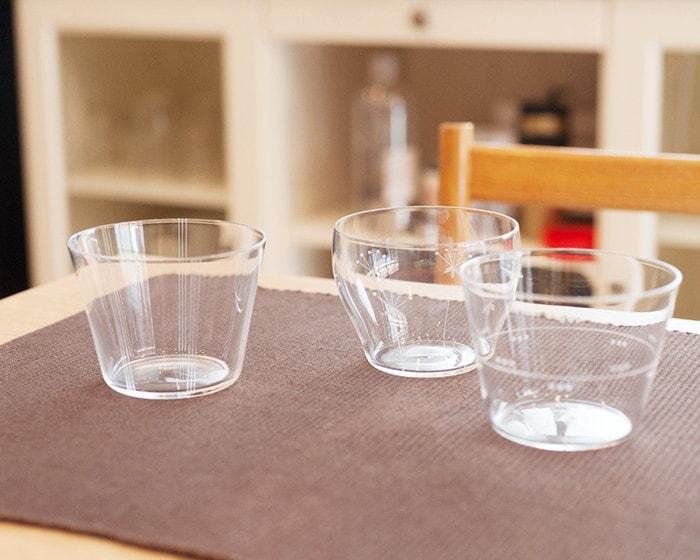 テーブルに木村硝子店の薄玻璃(うすはり)グラス・オーブシリーズタンブラーが並んでいる