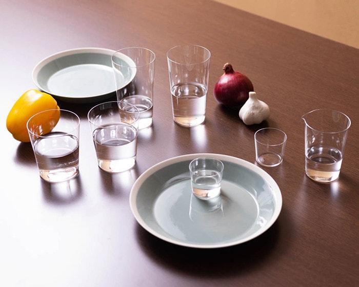木村硝子店のイイホシユミコdishesとコンパクトグラス・カルタグラスが並んでいる