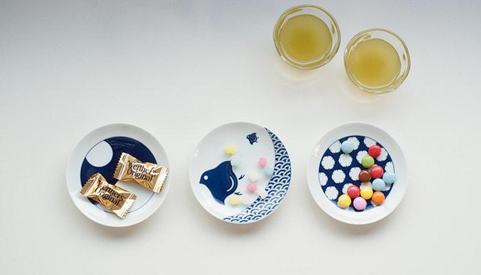 お菓子が乗ったKIHARAKOMONの豆皿が3つ並んでいる