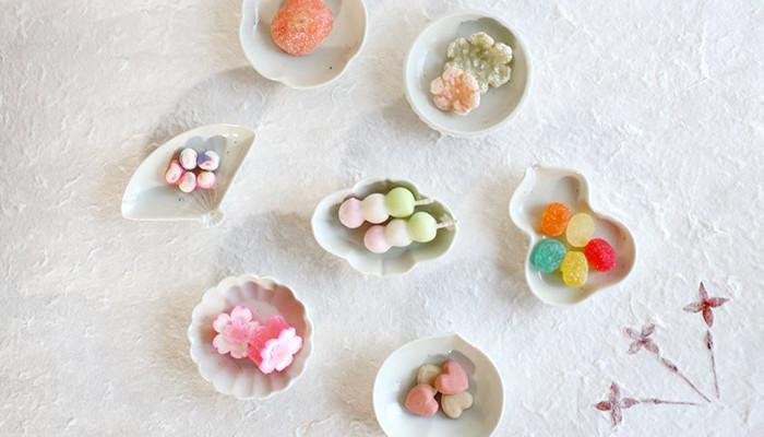 東屋の土灰豆皿に和菓子が少しずつ乗っている