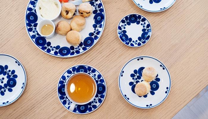 ブルームの食器を使ったティータイムのテーブルの様子