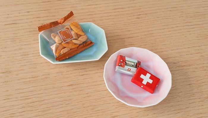 有田ジュエルにチョコレートやおかきが乗っている
