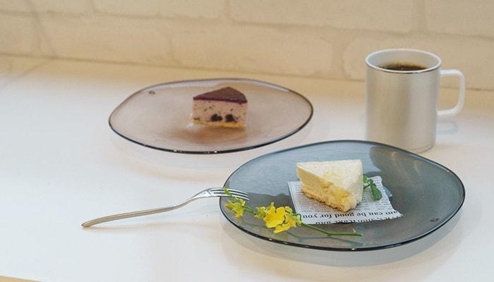 ケーキが乗ったフレスコのkasumiのプレートが2つ