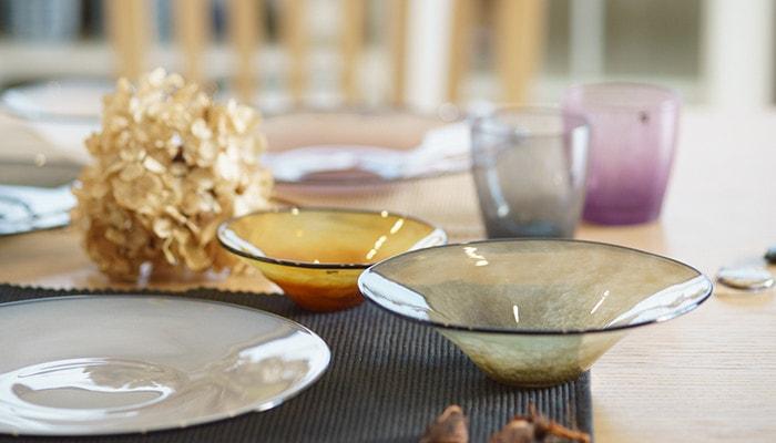 テーブルにfresco kasumiのボウルやプレート、solitoのグラスが並んでいる