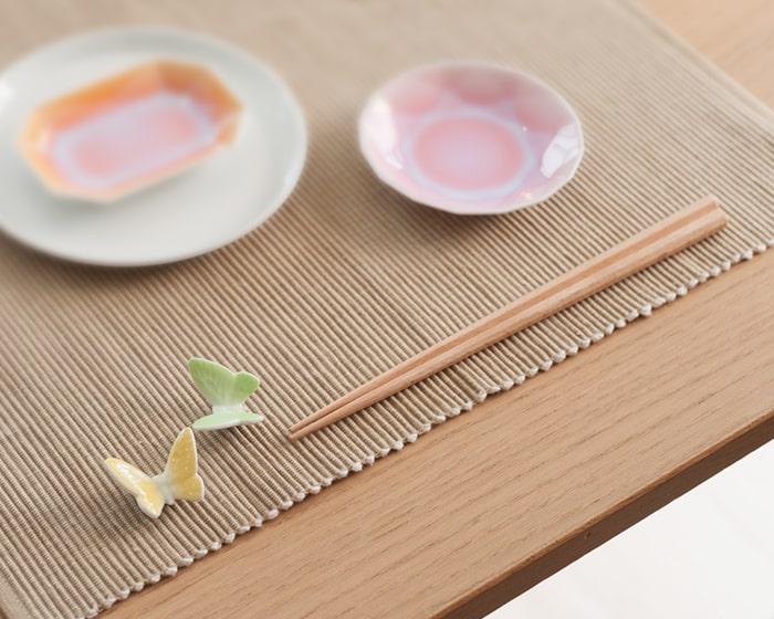 テーブルにセッティングされたバタフライ箸置きと箸