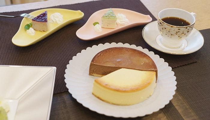 TYパレスプレートとTORIZARAにケーキが乗っていて、NIKKOのスパングルスのカップにコーヒーが入っている