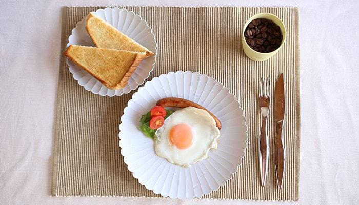 TYパレスプレートとS&Bマグカップを使用した朝食の様子