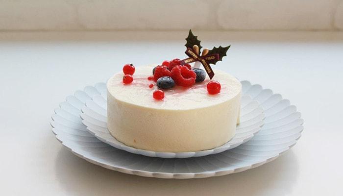 大小を重ねたパレスプレートの上にホールのケーキが乗っている