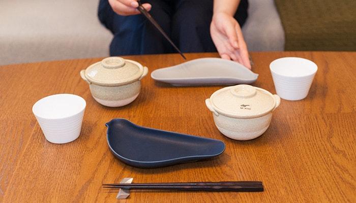 テーブルにTORIZARAやプチ鍋、箸セットなどが並んでいる