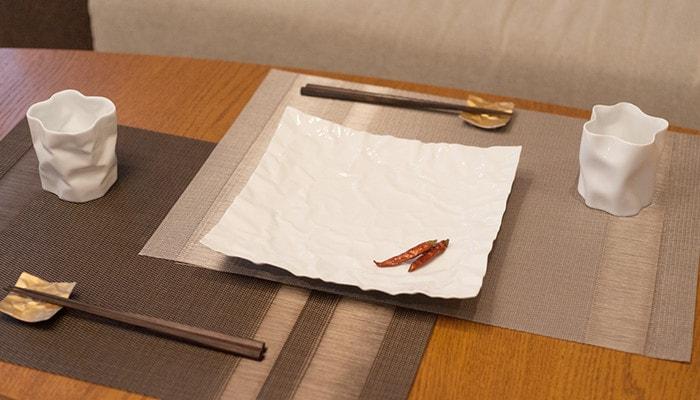 テーブルにセラミックジャパンのクリンクルシリーズの食器がセットされている