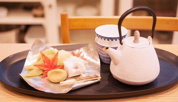 お盆に和菓子を乗せたすすがみなどのお茶セットが乗っている