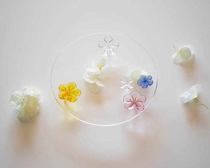 スガハラのcamelliaプレートのまわりに花びらが散りばめられている