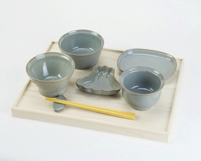 OKUIZOME tableware set from amabro on the lid of paulownia box