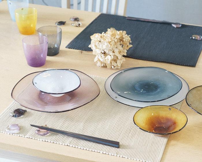 テーブルにfrescoのガラス食器が並んでいる