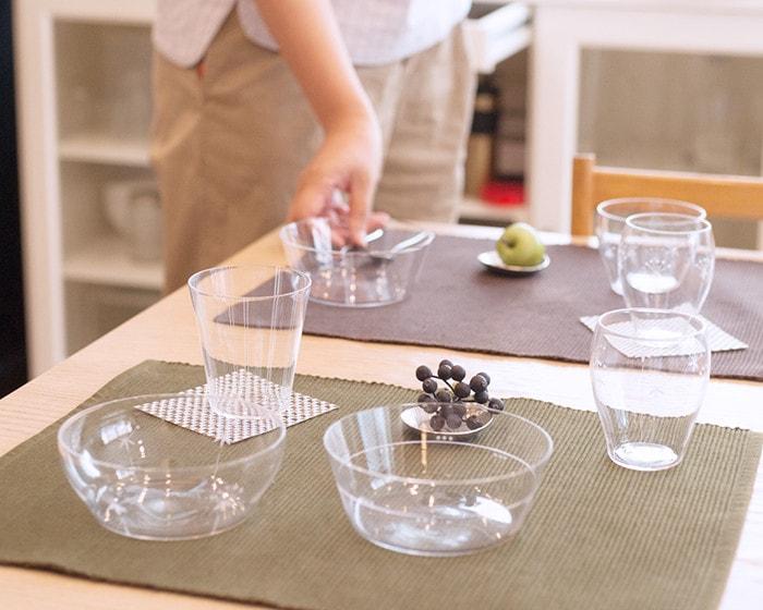 木村硝子店オーブシリーズのガラス食器を食卓にセットしている様子