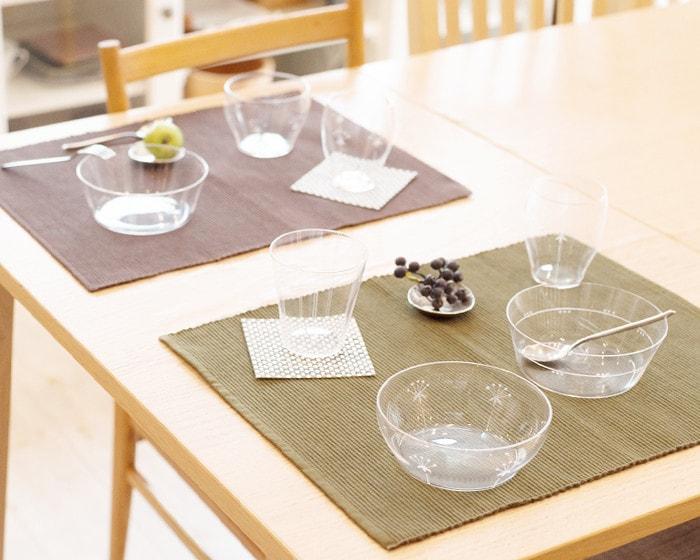 テーブルに木村硝子店の薄玻璃(うすはり)ガラス・オーブシリーズの食器がセットされている
