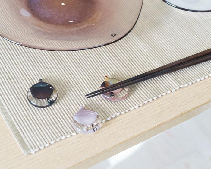 テーブルにfrescoのhashioki(箸置き)が3つ
