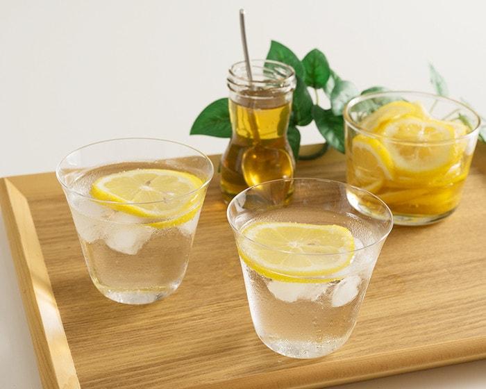 炭酸水とレモンの入った涼しげな木村硝子店の薄玻璃(うすはり)ガラス・ベッロ