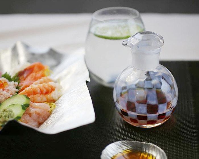 お寿司の隣に醤油の入った廣田硝子の醤油差し