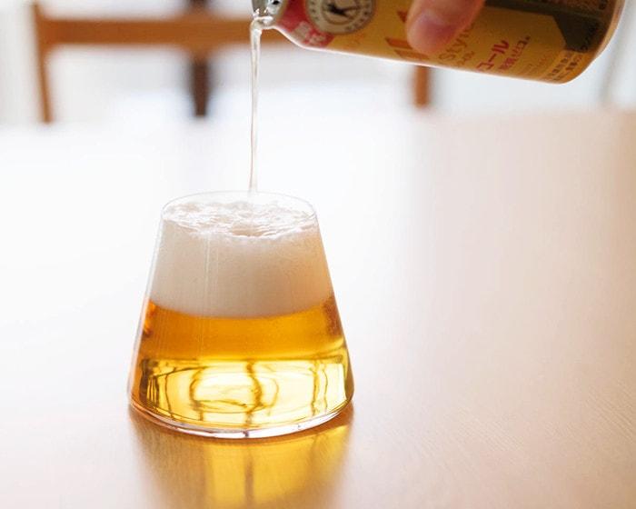 Sghrスガハラの富士山グラスにビールを注いでいる