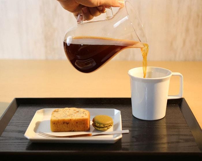 1616/arita japanの白いカップにコーヒーを注いでいる