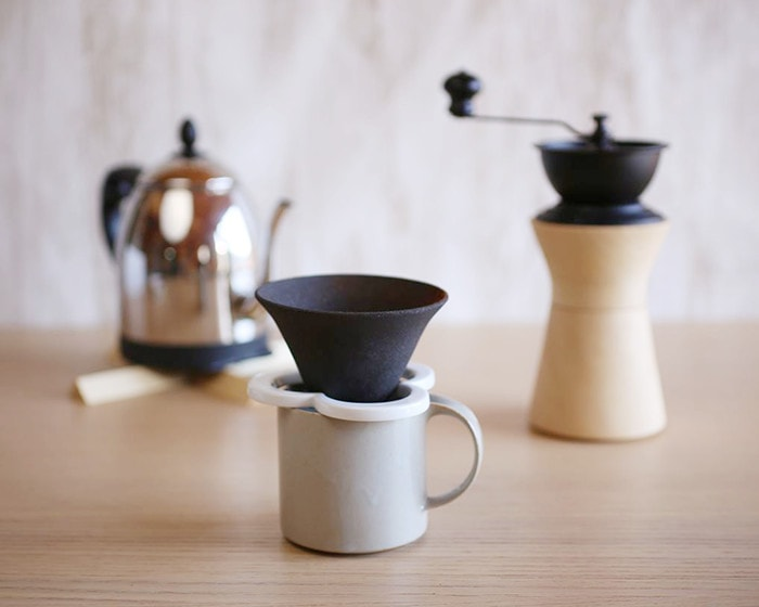 Caffe hat on the mug of Moderato series and Coffee grinder from MokuNeji