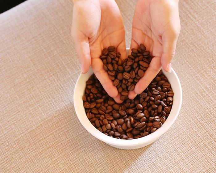 コーヒー豆でハートマークを作っている