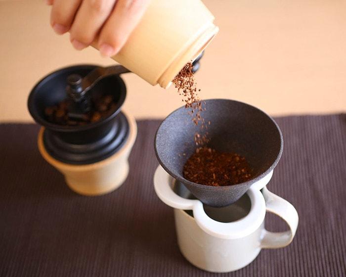 挽きたてのコーヒー豆をカフェハットの中に移しているところ
